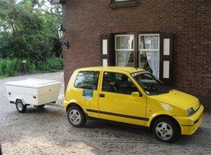 Petite voiture et remorque de camping