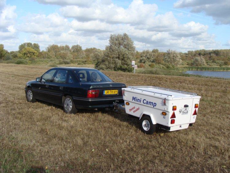 Mini camper achter een auto